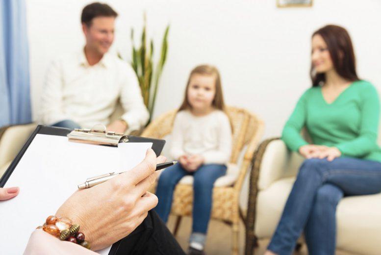 parents-avec-enfant-chez-le-psy-mx1ssretjhkbcr3pabyftvwwjzy1hfre19grm9au8g
